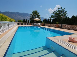 First floor 1 bed, tastefully renovated apartment with sea views & private pool