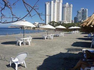 Alojamiento en lindo apartamento Beach club frente al mar con playa semiprivada.