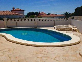 M-104. Maravillosa villa con piscina privada, A/A y capacidad para 8 personas.