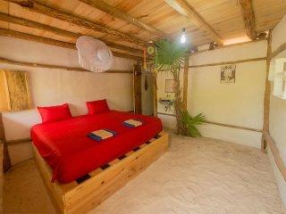 habitacion rustica con piso de arena junto al mar