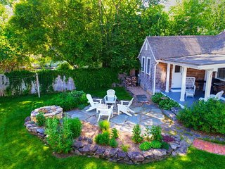 Beautiful cottage in a great location, 1 block from downtown and the beach!