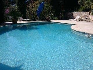 belle  villa provençale avec grand jardin et piscine à débordement