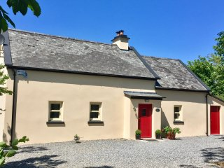Bluebell Cottage. Idyllic c19th Irish farmhouse, modern facilities & great views