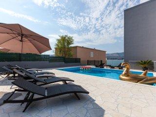 Luxury Villa Aria, seafront penthous, Trogir