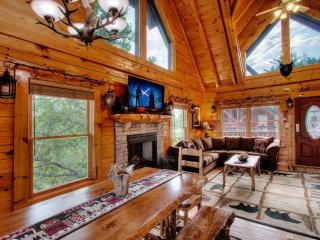 Awesome Views! 5BR/4B Luxury Log Cabin, Resort Pool! Pool Table, Arcade, Sleep18