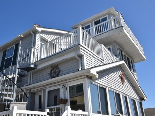 Spacious 6 Bedroom/ 3.5 Bathroom Waterfront Home Fenwick Island, DE