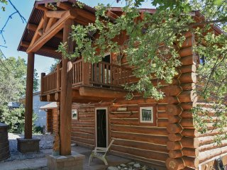 Log Home, Tucked Up Against Red Mountain,Walk to Downtown and Pool!