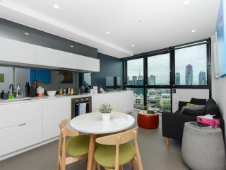 1-BR Art-Inspired CBD Apartment w Fantastic Views