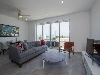 Ocean view condo ideal for a couple, just a block away from 5th w rooftop pool!