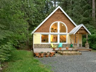 Mt Baker Lodgings Cabin 1 - A perfect new family retreat with a hot tub
