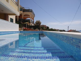 Pool side apartment with sea view, jacuzzi and spacious sun deck a5