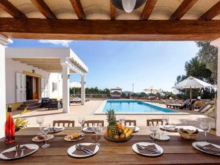 Beautiful house with pool, barbecue area, 5 km from Ibiza, views of the city, an