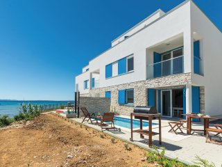 Beach house in Privlaka with pool