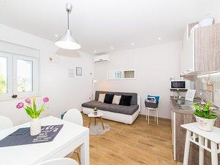 Sea view, Luxury  three bedroom apartment for groups, near Split