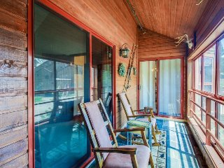 Mountainview condo close to skiing with enclosed deck, shared pool, and hot tub