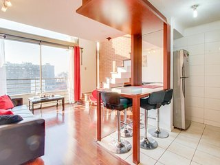 Modern apartment in the heart of Santiago. Shared pool & gym, walk everywhere!