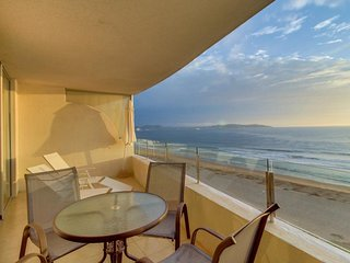 Beachfront condo with amazing views, shared pool, nearby shops and restaurants!