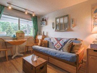 Cozy condo w/ shared swimming pool & deck space - walk to Footbridge Beach!