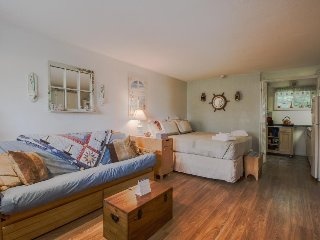 Cozy condo w/ shared swimming pool & deck space - walk to Footbridge Beach!