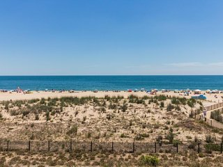 Oceanfront flat w/seasonal shared pool, sea views, and easy beach access