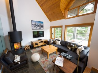 Slopeside-TRUE-Hi end luxury-Hottub-Walk 2 Village. Watch the gondola from deck