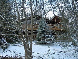 3 Bedroom / 3 Bath, Hot Tub, Pool Table, 2 Fireplaces, 4 TVs, Wooded Setting