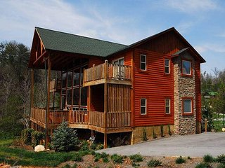 4 Bedroom / 4.5 Bath Log Home, Hot Tub, Pool Table, Mountain View