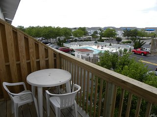 2-Story Uptown Condo on the Bayside with Outdoor Pool