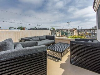 Gorgeous 2 Bedroom close to the Beach and Canals of Newport Beach