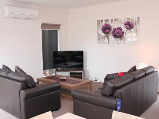 WARATAH VILLA B - MELBOURNE 3Bdrm, 20min to CBD, Close to Public Transport