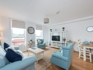 Central Flat with Parking, 2 bedrooms & 2 bathrooms