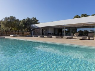 VILLA OLIVERA: Spectacular minimalista vila located in Santa Eularia des Riu.