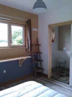 chambre avec sa salle d'eau
