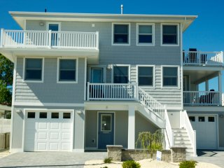 Contemporary, Clean & Comfortable Duplex - beach block