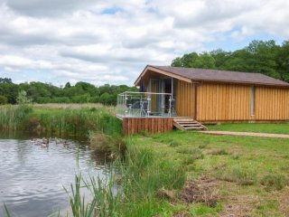 LAKESIDE LODGE, detached lodge next to lake, one double bedroom, ideal for a cou