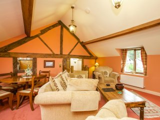 SHEPHERD'S WATCH, character cottage, underfloor heating, en-suite, ideal for a