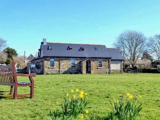 THE OLD POLICE HOUSE, stone-built, en-suite, pet-friendly, Ref 956844