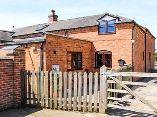 STABLES COTTAGE, three large bedrooms, garden, scenery, near Uppingham, Ref 9514