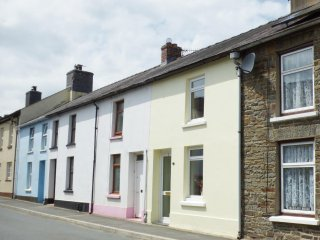 3 MARLAIS VIEW, cosy traditional cottage, small garden with patio, in Llansawel,
