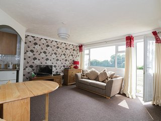 NO.1 WAVENEY, on holiday park, all ground floor, parking, shared grounds, in Gre