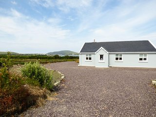 GORT LODGE, gravelled patio, wood burning stove, countryside views, in Portmagee