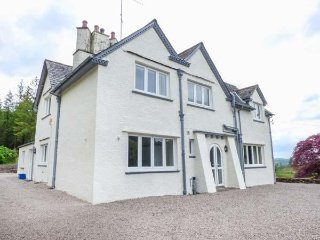 HAZELSEAT, en-suite bedrooms, spacious accommodation, hot tub, woodland, in