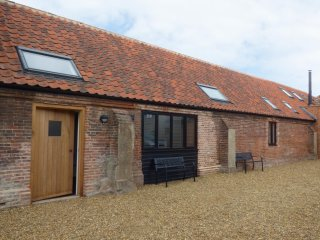 THE LONG BARN, ground floor, character, in Lenwade, Ref 927363