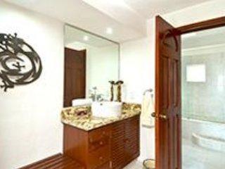 Salle de bain principale et dressing.