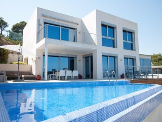 Villa Blanca - modern luxury villa near beach with elevator, A/C, pool, wifi.