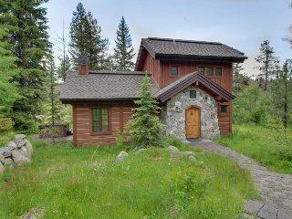 Cozy cabin w/ private hot tub, ski-in/ski-out access & beautiful decor!
