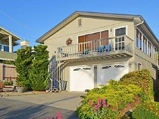 Comfy retro home w/ ocean views, private pool table & Ping-Pong - walk to beach!