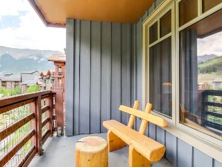Riverfront ski-in/ski-out condo, shared hot tub, on-site golf, mtn views