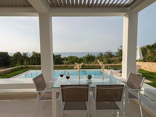 Villa Arismari, perfect for couples, brand new with private pool, near the beach
