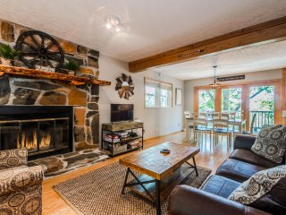 3BR 2BA Cabin: Completely private; near Serenity Cellars; Only 4 miles to Helen